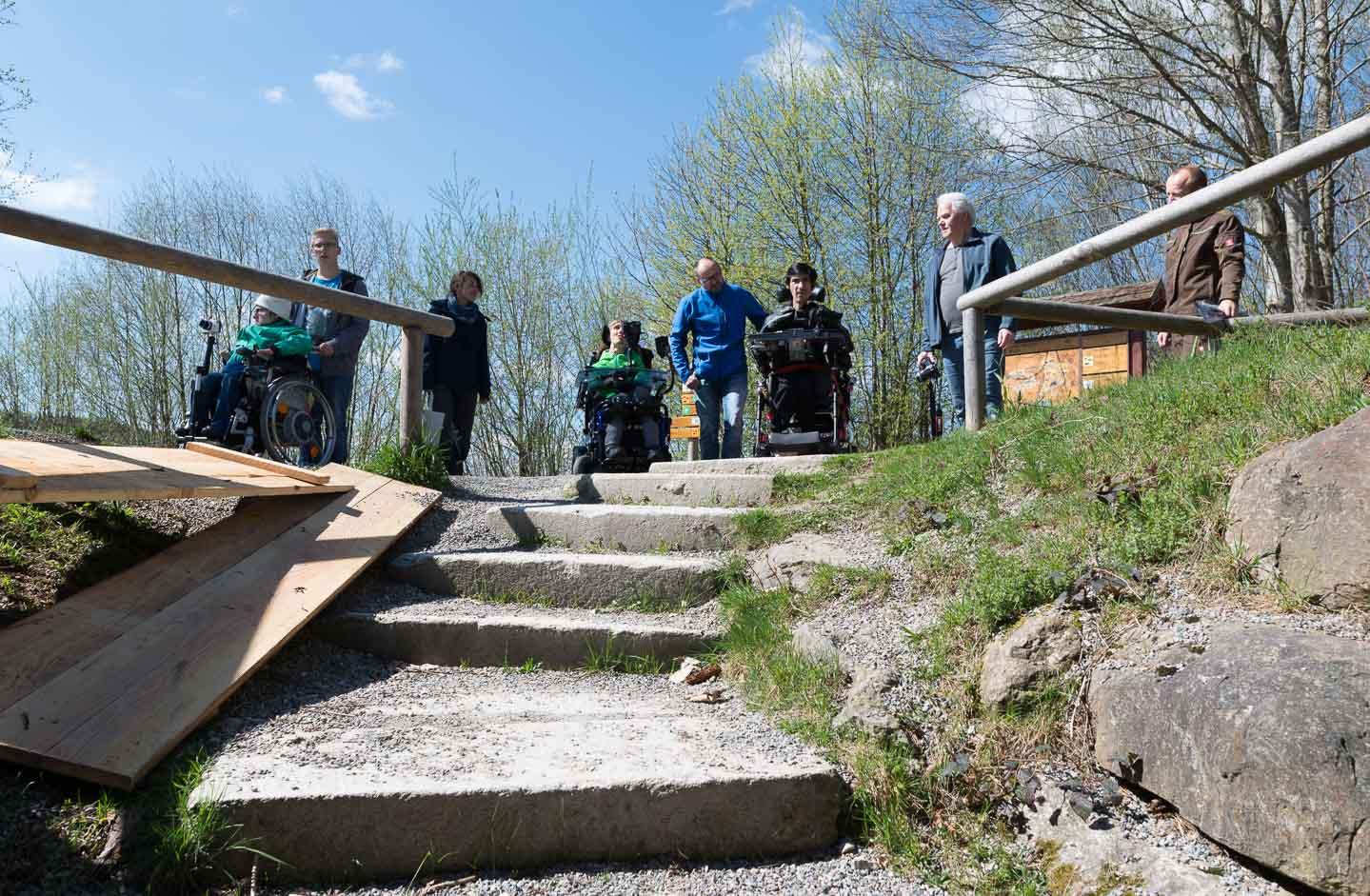 oben vor der Treppe Seba, Dirk, Alex und Hans