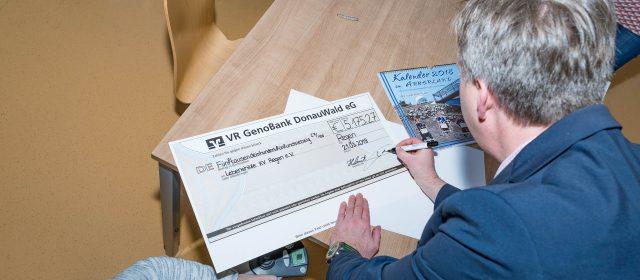 Scheckübergabe für VDK-Kalender